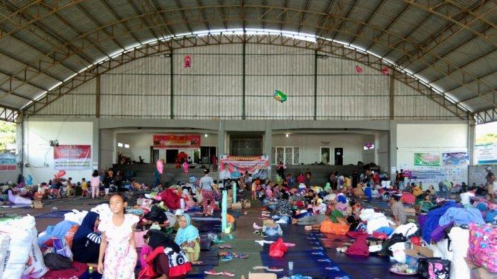 118 Pengungsi di Lapangan Tenis Indoor Berinisiatif Pulang ke Pulau Sebesi