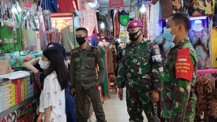 Cegah Covid 19, Koramil 410-05/TKP Wajibkan Pengunjung Pasar Bambu Kuning Gunakan Masker
