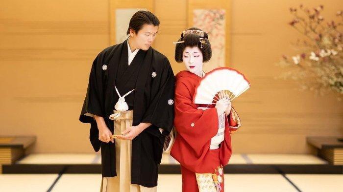 Syahrini Bergaya Ala Geisha Jepang Saat Rayakan Ultah Pernikahan