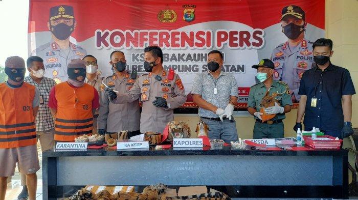 Kapolres Lampung Selatan AKBP Edwin menunjukkan barang bukti dalam konferensi pers di kantor KSKP Bakauheni, Jumat (10/9/2021).