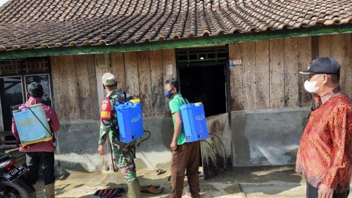Babinsa Bersama Satgas Covid-19 di Lampung Barat Gelar Penyemprotan Desinfektan