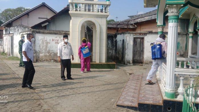 Putus Penyebaran Covid 19, Kelurahan Kotabumi Udik Semprot Disinfektan dan Bagikan Masker