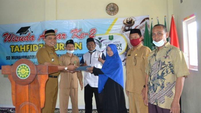 Bupati Musa Ahmad Serahkan 100 Sak Semen Bantu Renovasi SD Muhammadiyah