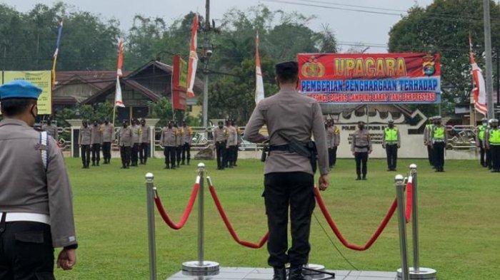 Kapolres Lampung Barat Beri Penghargaan 20 Personel Berprestasi, Dedikasi Sukseskan Vaksinasi Covid