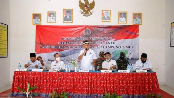 Bupati Lampung Timur M Dawam Rahardjo Serahkan Sertifikat Program PTSL
