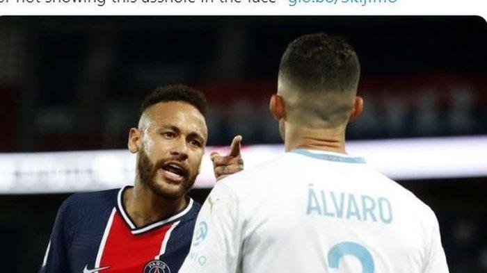 Penyerang Paris Saint-Germain, Neymar, berdebat dengan bek Olympique Marseille, Alvaro Gonzalez, dalam laga Liga Prancis di Stadion Parc des Princes, Minggu (13/9/2020).