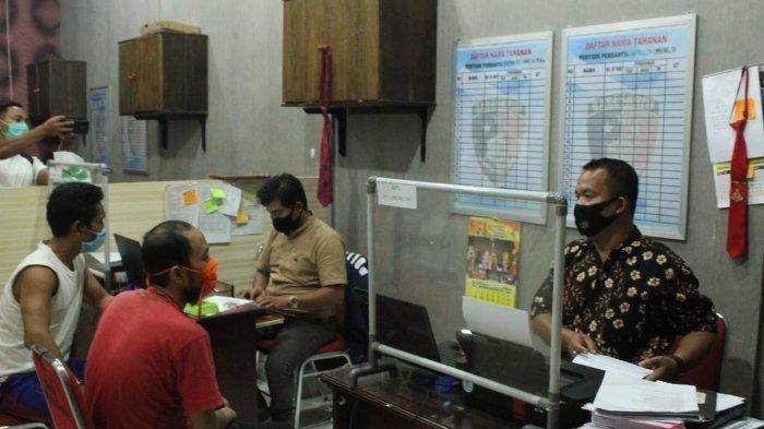 Penyidik Polres Sergai memeriksa para tahanan yang mengeroyok tahanan pemerkosaan