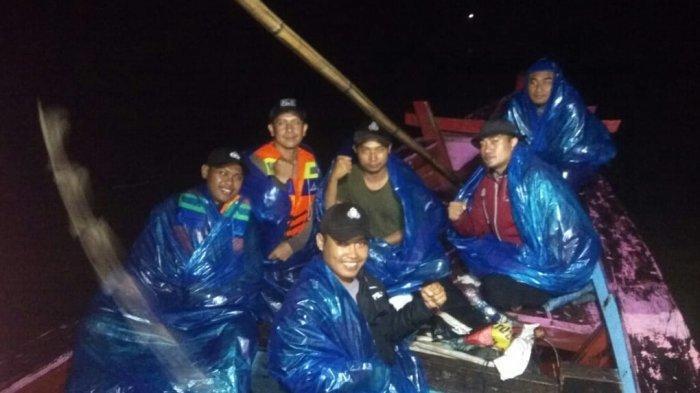 perahu-pengangkut-balik-logistik-dari-tampang-tua-sempat-kebanjiran-di-teluk-semaka.jpg