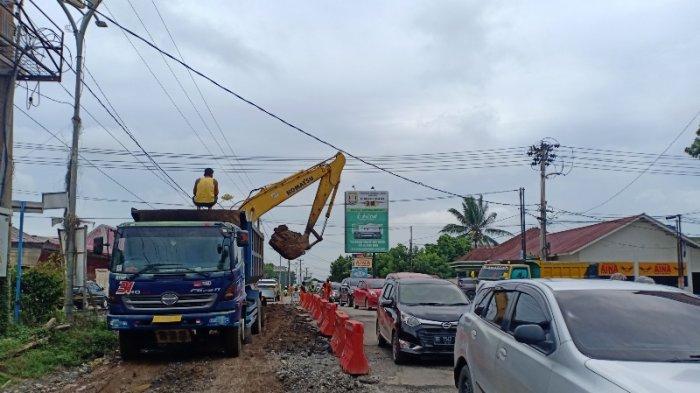 FOTO Ada Perbaikan, Jalan Pangeran Suhaimi dan Jalan Ryacudu Bandar Lampung Macet