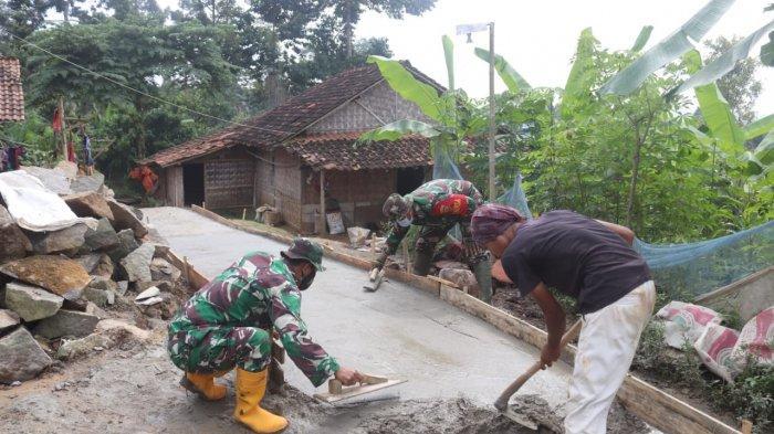 Program Karya Bakti TNI, Kodim 0410/KBL Perbaiki Jalan di Kelurahan Batu Putuk