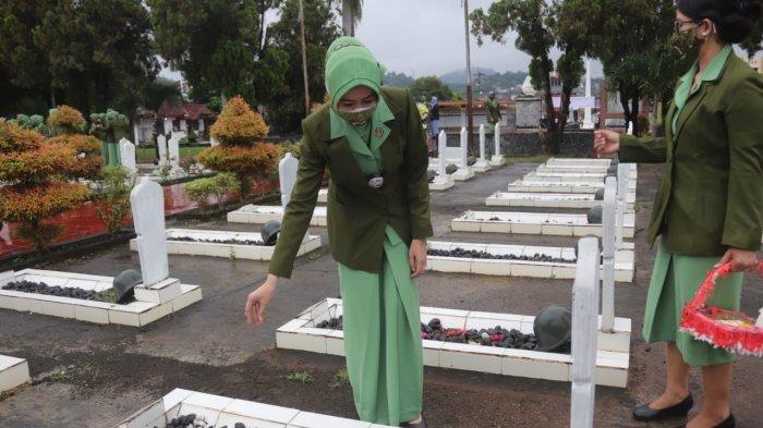 Peringati Hut Ke75 Persit Kartika Chandra Kirana, Esa Romas Herlandes Ziarah ke Taman Makam Pahlawan