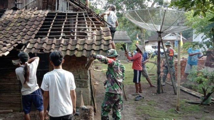 Personel Pra TMMD Kodim 0427/Way Kanan Rehab Rumah Tak Layak Huni di Umpu Semenguk