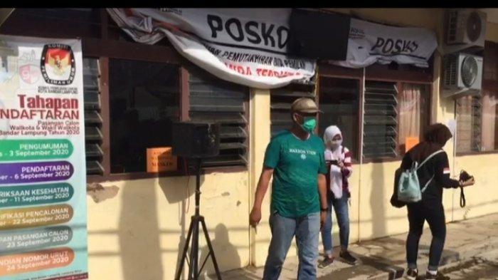 Kaca jendela ruang sidang kantor Bawaslu Bandar Lampung dipecahkan orang tak dikenal, Rabu (9/9/2020).