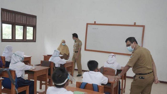 Bupati Pesisir Barat Agus Istiqlal Pantau Prokes di Sekolah