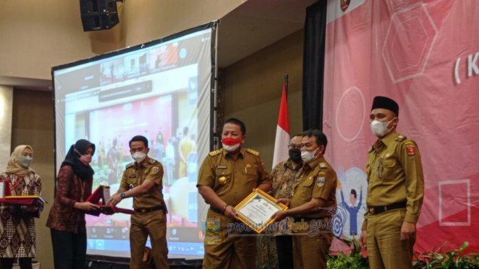 Wakil Bupati Pesisir Barat Terima Penghargaan Kabupaten Teraktif dari Gubernur Lampung