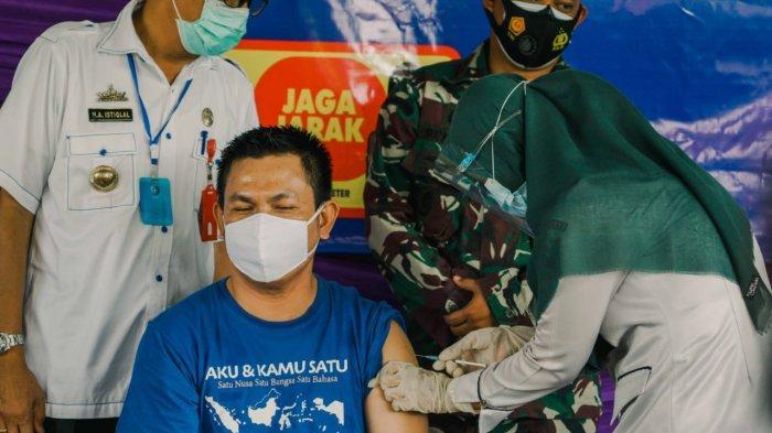 Pelaksanaan vaksinasi covid-19 tahap pertama secara serentak dilaksanakan di seluruh UPT puskesmas se Pesisir Barat, dimana secara seremoninya bertempat di UPT Puskesmas Krui, Rabu 3 Februari 2021.