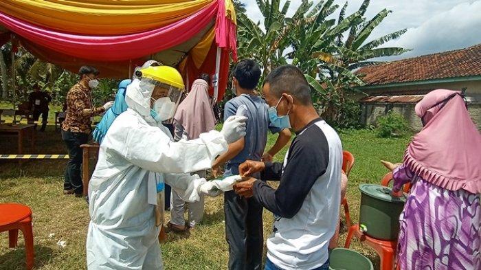 Datangi TPS, Pemilih di Pesawaran Disambut Petugas Berpakaian Hazmat
