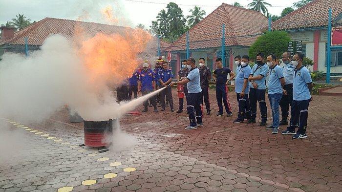 Petugas Lapas Kota Agung Latihan Pemadaman Kebakaran