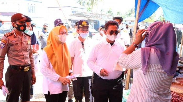 Pj Bupati Pesisir Barat Bagikan 500 Masker dan 200 Face Shield Kepada Masyakat