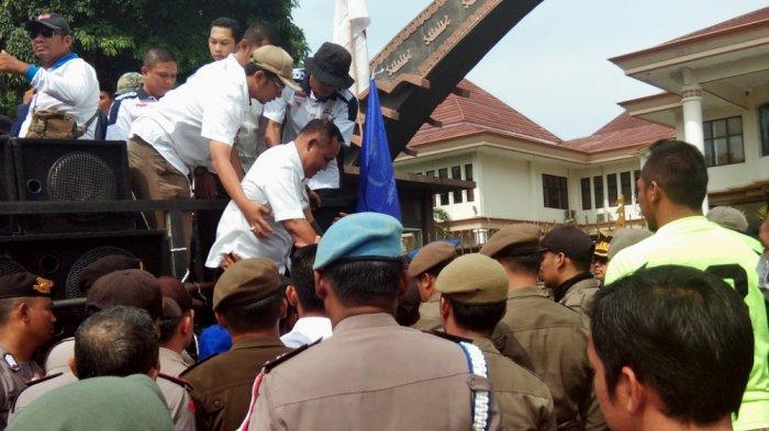 Didemo Warga dan Pedagang Pasar Kalianda, Nanang Ermanto Janji Perbaikan Jembatan Kelar 3 Bulan