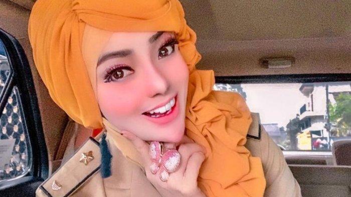 Yuni Jasmine, wanita yang berprofesi sebagai PNS di Pemprov Lampung, menjadi viral karena penampilannya bak boneka Barbie.
