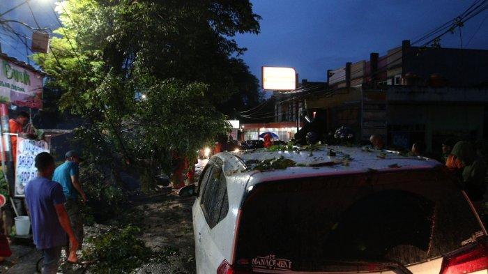 Mobil Daihatsu Sigra B 2758 TZH mengalami kerusakan karena tertimpa pohon tumbang di Jalan Pagar Alam, Kelurahan Segala Mider, Kecamatan Tanjungkarang Barat, Bandar Lampung, Senin (8/2/2021) petang.