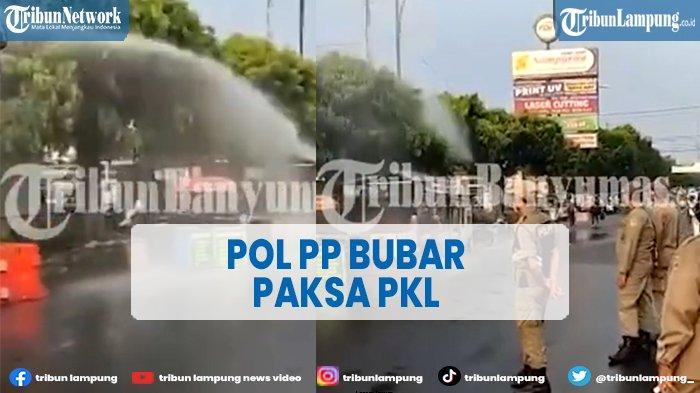 Pol PP Bubar Paksa PKL dengan Menyemprotkan Disinfektan