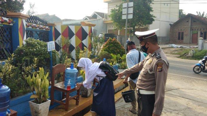Polantas Siaga di SMPN I Gedongtataan Lampung, Pastikan Ketertiban Lalu Lintas dan Prokes