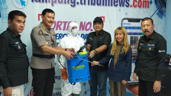 Polda Lampung Berikan APD dan Semprot Cairan Disinfektan di Kantor Tribun Lampung