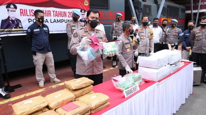 Wakapolda Lampung Brigjen Pol Subiyanto didampingi Kabid Humas Kombes Pol Zahwani Pandra Arsyad memamerkan barang bukti narkoba yang disita sepanjang 2020 di Gedung Wiyono Siregar, Senin (28/12/2020).
