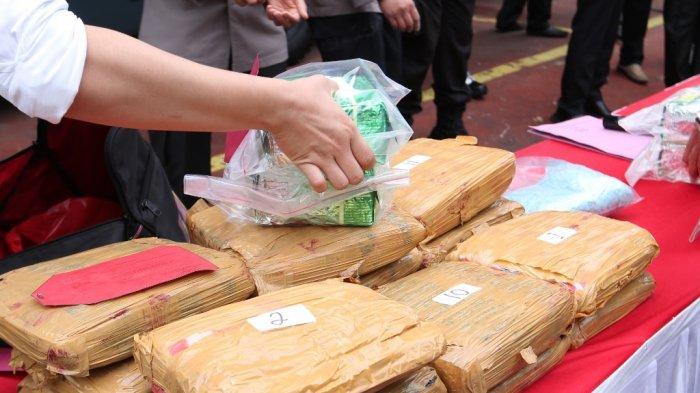 Wakapolda Lampung Brigjen Pol Subiyanto memamerkan barang bukti narkoba yang disita sepanjang 2020 di Gedung Wiyono Siregar, Senin (28/12/2020).