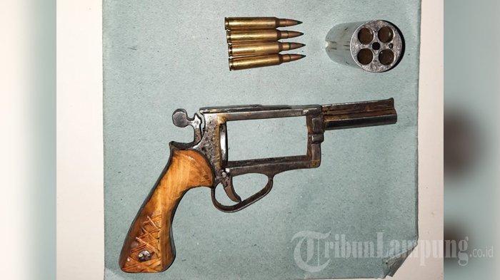 Polisi Amankan Barang Bukti Senpi Revolver saat Tangkap Pelaku Begal di Mesuji