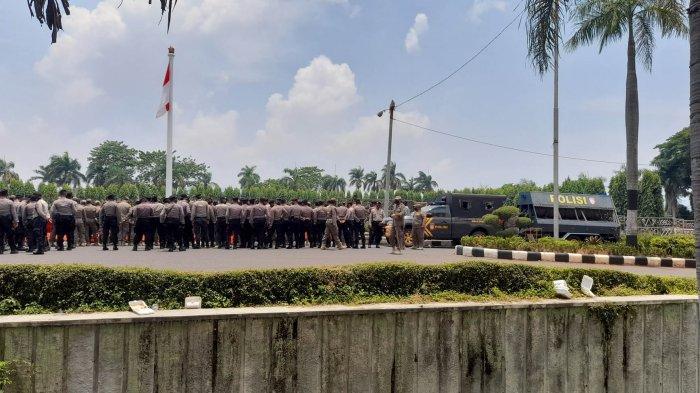 Polisi-Satpol PP Bentuk Pagar Betis, Antisipasi Pendemo Tolak UU Cipta Kerja Masuk ke DPRD Lampung