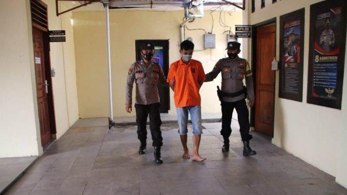 Tersangka suami aniaya istri saat digiring polisi di Mapolsek Pringsewu Kota.