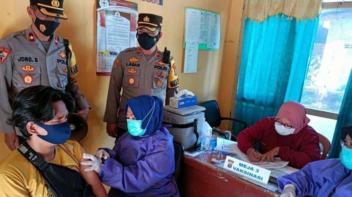 Polres dan Dinkes Way Kanan Gelar Vaksinasi Massal di Baradatu Lampung