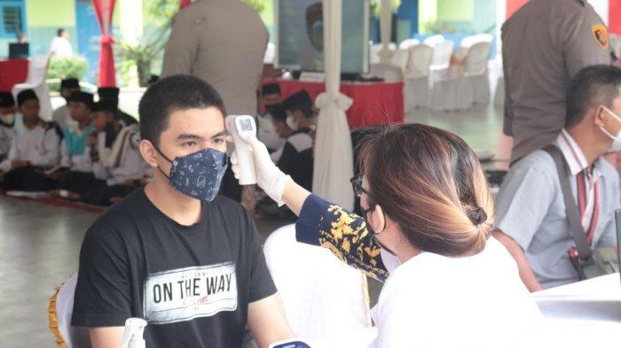 Polres Lampung Selaatan Berikan 1.000 Dosis Vaksin untuk Santri dan Warga Desa Karang Anyar