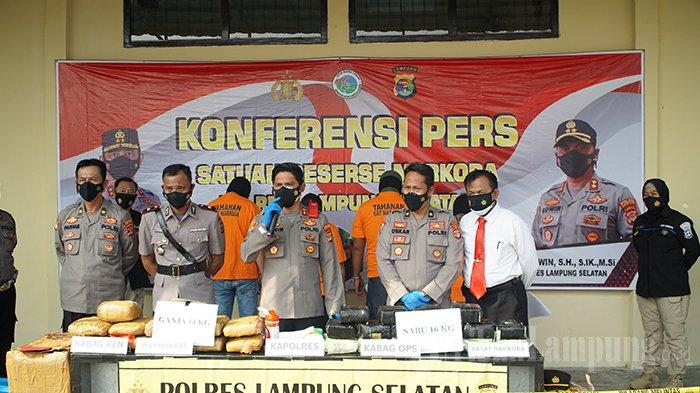 Kapolres Lampung Selatan AKBP Edwin saat pimpin ekpose kasus, Sabtu 3 Juli 2021. Jajaran Satres Narkoba Polres Lampung Selatan, menyita 16 kg sabu-sabu dan 14 kg ganja hasil penangkapan di Pelabuhan Bakauheni, Lampung Selatan.