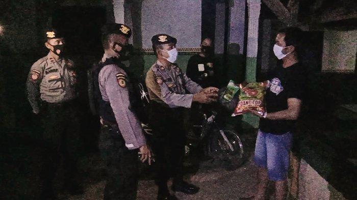 Polres Lampung Utara Bagikan 40 Paket Sembako ke Warga Terdampak Covid-19