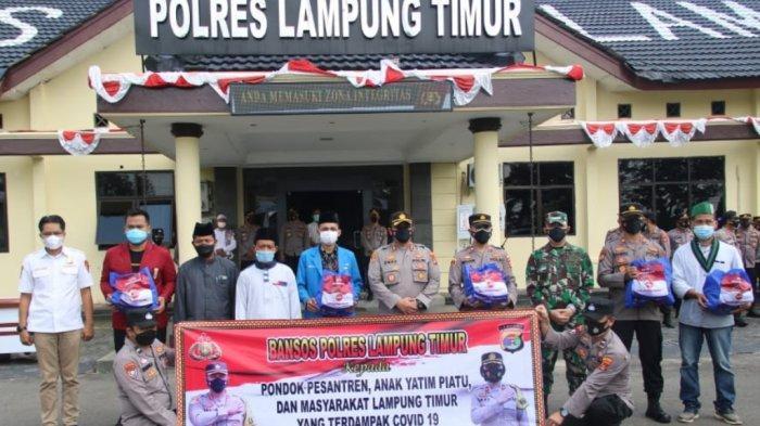 Polres dan Kodim 0429 Lampung Timur Bagikan Paket Bantuan Sembako untuk Warga Terdampak Covid-19