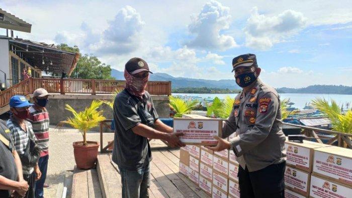 Polres Pesawaran Bagikan 200 Paket Sembako untuk Warga Pesisir di Padang Cermin