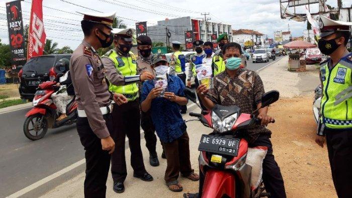 Operasi Lilin Krakatau 2020, Polres Pringsewu Bagikan Hand Sanitizer dan Masker Kepada Pengendara