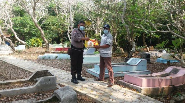 Polres Pringsewu Lampung Bagikan Sembako ke 88 Juru Kunci Makam