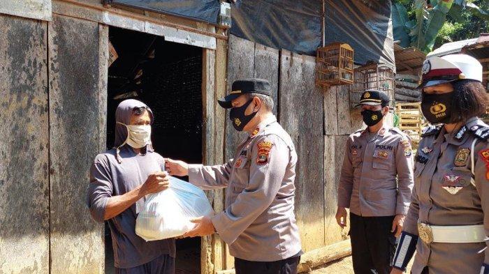 Satpol PP Tanggamus Lampung Bagikan Beras ke 548 Warga Isolasi Mandiri