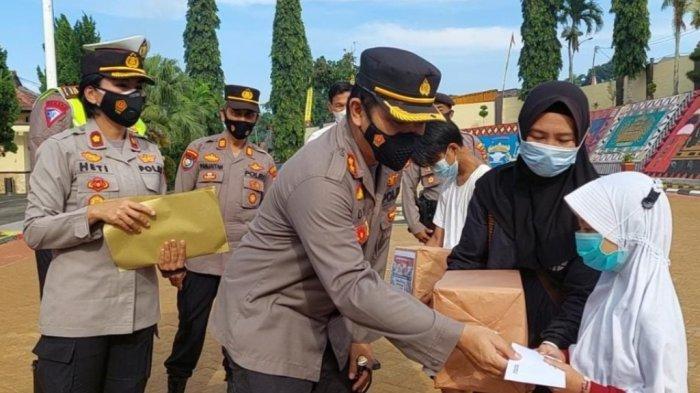 HUT Bhayangkara ke-75, Polres Tanggamus Bagikan 500 Paket Sembako dan 1.000 Masker