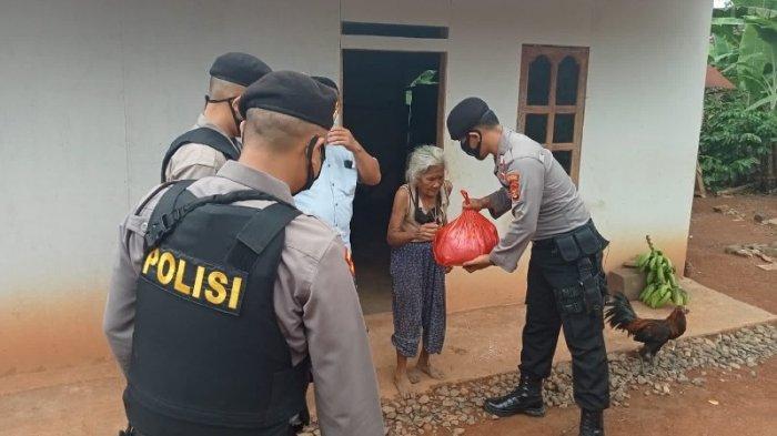 Polres Way Kanan Lampung Partroli KRYD Dibarengi Berbagi Bantuan Sosial