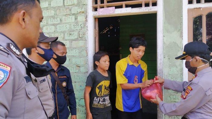 Polsek Banjit Bagi-bagi Sembako ke Warga Kurang Mampu, Buruh dan Tukang Ojek