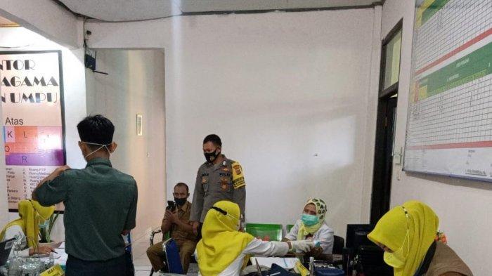 Polsek Blambangan Umpu Laksanakan Pengamanan Vaksinasi Massal