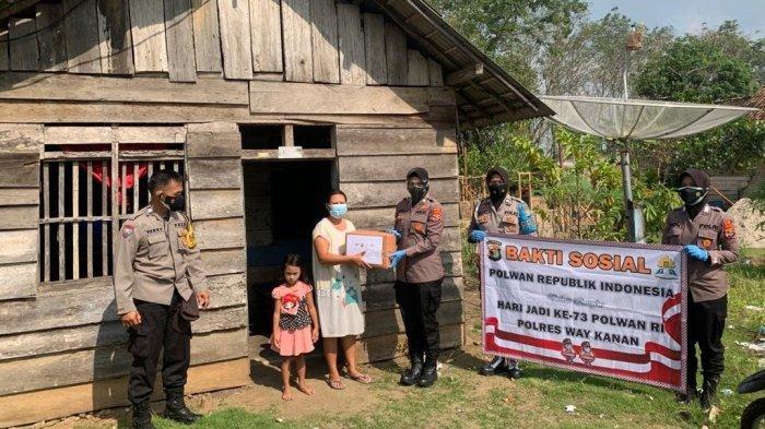 Polwan Polres Way Kanan Lampung Berikan Bantuan Sembako kepada Warga Terdampak Covid-19