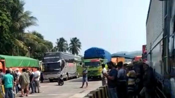 Pemberlakukan PPKM Darurat Jawa dan Bali, Kendaraan Mengular di Bakauheni