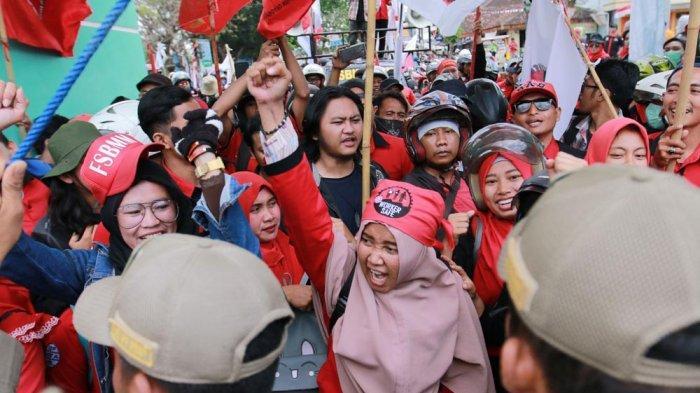 BERITA FOTO - Puluhan Buruh Terobos Gerbang Pemprov, Tolak Revisi UU Ketenagakerjaan